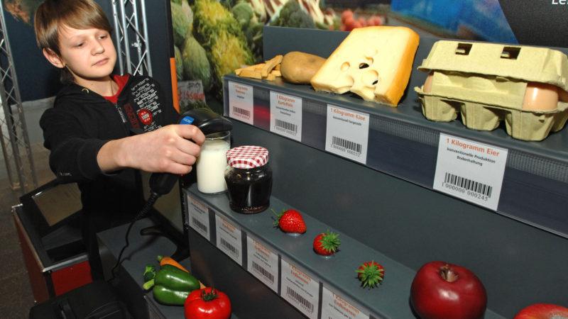 Der Klimasupermarkt informiert über die verschiedenen CO2-Bilanzen der Lebensmittel. |© DBU Zentrum für Umweltkommunikation