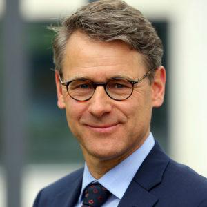 """<b>Oliver Kuklinski</b> ist Unternehmens-, Politik- und Organisationberater. Als Leiter und Inhaber von <a href=""""http://www.plankom.net/index.html"""" target=""""_blank"""" rel=""""noopener"""">PlanKom</a> gestaltet er Kommunikations- und Kooperationsprozesse im öffentlichen Sektor und im unternehmerischen Kontext. Außerdem leitet er mit dem Bürgerbüro Stadtentwicklung Hannover eine intermediäre Organisation."""