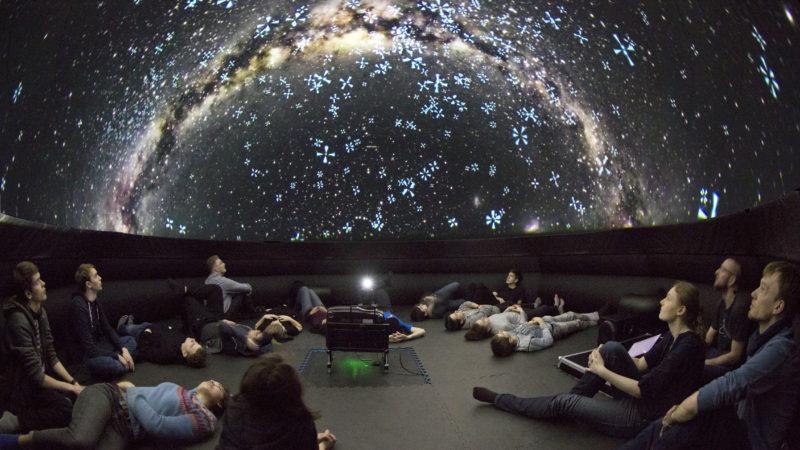 Unterm Sternenhimmel in der Kuppel des mobilen Planetariums. | Foto: F.-M. Arndt © SPB