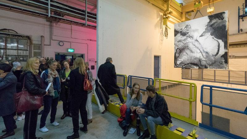 Die Gemälde von Initiatorin Tanja Hehmann hingen im Schacht, der zum Beschleuniger hinunterführt. Foto: Helge Mundt / DESY