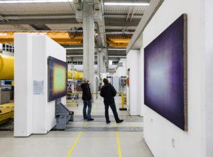 """Kunst oder Wissenschaft? Julia Münstermanns Malereien """"Electric Shadow"""" fügen sich nahtlos in die Forschungshalle ein. Foto: Helge Mundt / DESY"""
