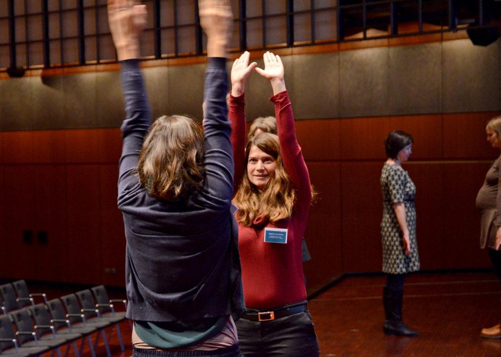 Spieglein, Spieglein an der Wand, was machst du mit deiner Hand? – Teilnehmende des Workshops ImproWissKomm beim Forum Wissenschaftskommunikation in Braunschweig 2017 | Foto: Monique Luckas