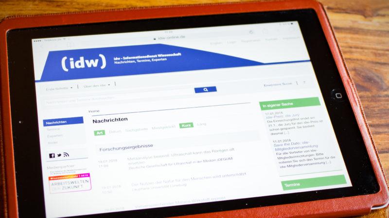 Tablet mit Homepage des idw