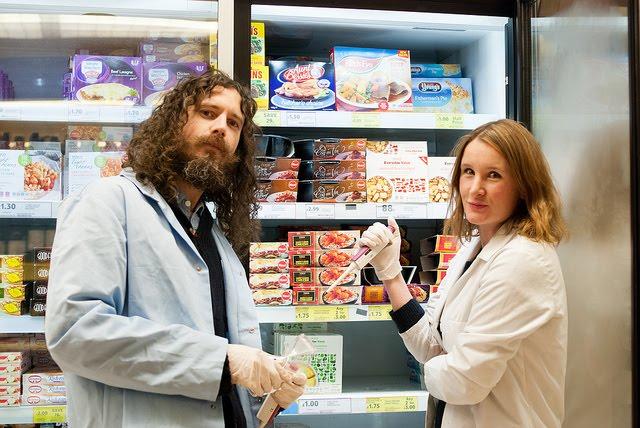 """Die MadLab-Wissenschaftler untersuchen Nahrungsmittel. Foto: <a href='https://pixabay.com/de/schaufenster-bunte-chemie-shop-65306/' target='_blank'>MadLabUK</a>, <a href=""""https://creativecommons.org/licenses/by/2.0/"""">CC-BY-2.0</a>"""