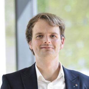 """<b>Malte Behlau</b> ist seit drei Jahren Projektkoordinator des Projekts <a href=""""http://www.sfb747.uni-bremen.de/ueber-uns/ansprechpersonen/behlau-malte/"""" target=""""_blank""""><i>mikromal</i> </a>beim SFB 747 """"Mikrokaltumformen"""" der Universität Bremen. Dort kümmert er sich um Öffentlichkeitsarbeit und Nachwuchsförderung. Seit April bearbeitet er außerdem das Öffentlichkeitsprojekt """"Kontaktzone – Werkstoffe begreifen!"""" des SFB/TRR 136 """"Prozesssignaturen""""."""