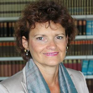 """<b>Dr. Annette Schmidtmann</b> ist Abteilungsleiterin für Fachliche Angelegenheiten der Forschungsförderung bei der <a href=""""http://www.dfg.de/"""" target=""""_blank"""">Deutschen Forschungsgemeinschaft (DFG)</a>. Vorher war die promovierte Biologin dort bereits für die Förderprogramme in der Medizin zuständig und leitete die Gruppe Graduiertenkollegs, Graduiertenschulen und Nachwuchsförderung. Foto: DFG"""