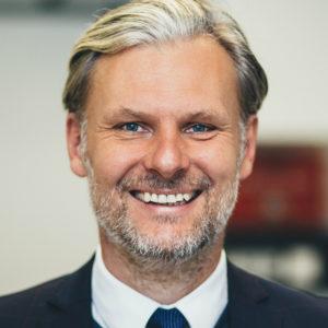 """<b>Helmut Jungwirth</b> ist promovierter Mikrobiologie und Professor für Wissenschaftskommunikation. Er leitet als Geschäftsführer die """"<a href=""""https://sieben.uni-graz.at/de/"""" target=""""_blank"""" rel=""""noopener"""">Siebenten Fakultät"""", Zentrum für Gesellschaft, Wissen und Kommunikation</a>""""an der Karl-Franzens-Universität Graz. Außerdem leitet er dort auch die """"<a href=""""URL"""" target=""""_blank"""" rel=""""noopener"""">Mitmachlabore Graz</a>"""" und istEnsemblemitglied des Wissenschaftskabaretts """"<a href=""""URL"""" target=""""_blank"""" rel=""""noopener"""">Science Busters</a>"""". Foto: Lukas Grumet"""