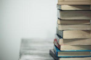 Stapel mit Fachbüchern