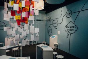 """Am Ende der Ausstellung können die Besucherinnen und Besucher ihre Meinung zu den Arbeitswelten der Zukunft an den Wunschbaum hängen. Foto: Ilja Hendel / <a href=""""https://www.wissenschaft-im-dialog.de/"""" target=""""_blank"""">WiD</a>"""