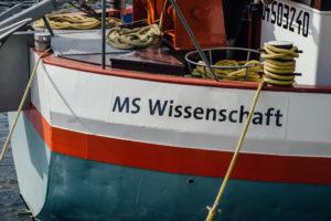 """Die MS Wissenschaft ist eigentlich ein Binnenfrachtschiff. Gebaut im Jahr 1969 hat sie eine Ladefläche von rund 550 Quadratmetern und eine Ladekapazität von fast 2.000 Tonnen. Foto: Ilja Hendel / <a href=""""https://www.wissenschaft-im-dialog.de/"""" target=""""_blank"""">WiD</a>"""