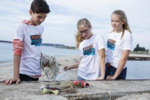 """Schüler nehmen bei der Jugendaktion """"Plastikpiraten – Das Meer beginnt hier!"""" die ersten Plastikproben an der Kieler Förde."""