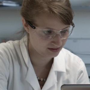 """<b><a href=""""http://kerstin-goepfrich.de/"""" target=""""_blank"""">Kerstin Göpfrich</a></b> arbeitet als wissenschaftliche Mitarbeiterin am <a href=""""https://is.mpg.de/de"""" target=""""_blank"""">Max-Planck-Institut für Medizinische Forschung</a> in Stuttgart. Zuvor hat sie an der Universität Cambridge zum Thema DNA Origami Nanoporen promoviert. Foto: privat"""