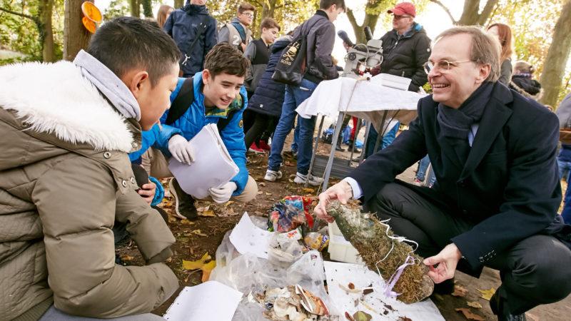 Schüler präsentieren Plastikmüll-Fundstücke