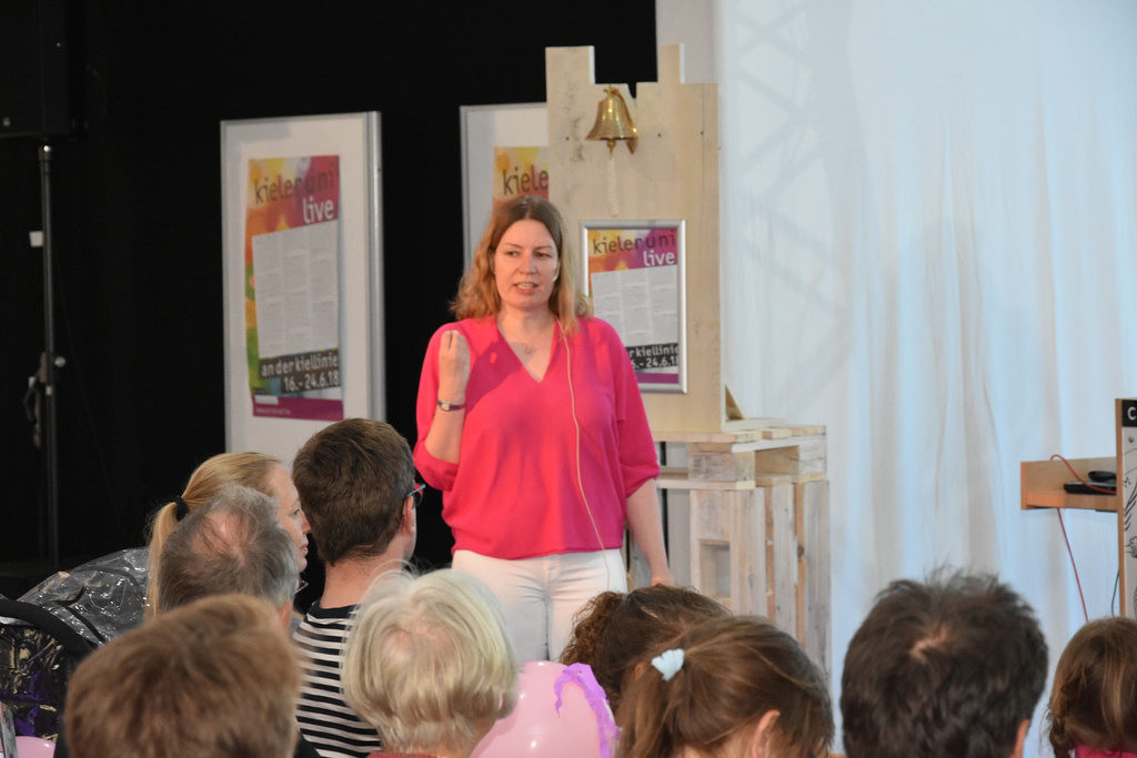 """Kerstin Kremer stellt das Outreach-Magazin """"Ich bin Meta"""" vor bei einem Bürger-Votrag im Uni-Zelt im Rahmen der Kieler Woche. Foto: CAU"""