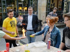 """Ein Experiment beim Event """"PubScience – die lange Nacht der Experimente"""" der Universität Osnabrück."""