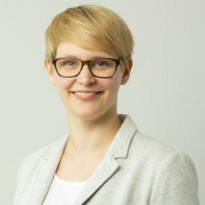 """Isabell Harder arbeitet als Wissenschaftskommunikatorin an der Universität Bremen. Zuvor war sie beim Projektträger DESY in Hamburg und ebenfalls an der Universität Bremen tätig und hat dort das Netzwerk Wissenschaftskommunikation für Bremen und Bremerhaven mitgegründet. Nebenberuflich setzt sie nun die Kinderbuchreihe """"Finja forscht!"""" um. Foto: privat/Andreas Caspari"""