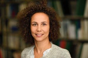 """<b>Yasmin Lindner-Dehghan Manchadi</b> ist seit Anfang 2018 als Referentin des Prorektors für Forschung an der FOM Hochschule für die Forschungskommunikation verantwortlich. Im Rahmen ihrer Tätigkeit leitet sie die Presse- und Öffentlichkeitsarbeit für die Forschungseinrichtungen – die <a href=""""https://www.fom.de/forschung/institute.html"""" target=""""_blank"""">zehn Institute</a> und dreizehn <a href=""""https://www.fom.de/forschung/kompetenzcentren.html"""" target=""""_blank""""<i>KompetenzCentren </i></a>– der FOM Hochschule. Foto: privat"""