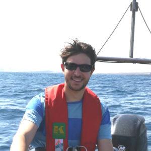 """<b>Lennart Bach</b> ist Postdoc in der Biologischen Ozeanographie am <a href=""""https://www.geomar.de/mitarbeiter/fb2/bi/lbach/"""" target=""""_blank"""" rel=""""noopener""""><i>GEOMAR</i> Helmholtz-Zentrum für Ozeanforschung Kiel</a>. Er forscht zu den Bereichen Mariner Kohlenstoffkreislauf, Phytoplanktonverteilung und -evolution im Ozean und Auswirkungen des Klimawandels auf pelagische Lebensgemeinschaften. Foto: Lennart Bach"""