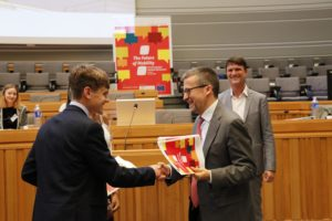 """Die Resolution wird schließlich an den EU-Kommisar Carlos Moedas übergeben. Foto: <a href=""""https://www.wissenschaft-im-dialog.de/projekte/europaeische-schuelerparlamente/"""" target=""""_blank"""">Europäische Schülerparlamente, WiD</a>"""