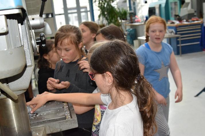 Wie die Maschinen im Leibniz-IWT funktionieren, wollen alle ganz genau wissen. Foto: SFB 1232