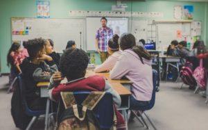 Schülerinnen und Schüler in Klassenraum