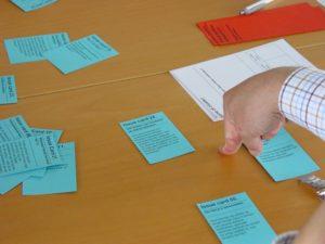 Um die Diskussion zu starten, wählen die Mitspielenden zusätzlich aus Themenkarten ein Detail aus, über das sie sprechen wollen. ©Verein ScienceCenter-Netzwerk