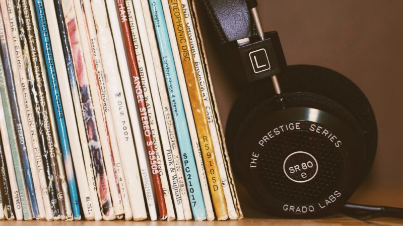Kopfhörer an Zeitschriften lehnend