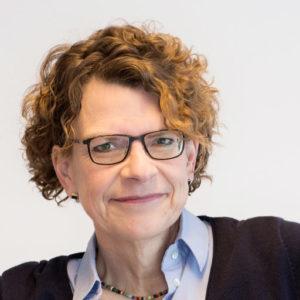 """Elisabeth Hoffmann ist <a href=""""https://www.tu-braunschweig.de/presse/team-aufgaben"""" target=""""_blank""""> Leiterin der Stabsstelle Presse und Kommunikation und Pressesprecherin der Technischen Universität Braunschweig</a>. Die promovierte Literaturwissenschaftlerin war von 2008 bis 2014 Vorstandsvorsitzende des Bundesverbands Hochschulkommunikation. Sie twittert als @einrehgehege."""