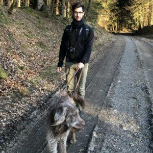 """Karim Montasser ist Medical Writer. Nach einem Studium der Tiermedizin und einer Assistenzzeit an den Kleintierkliniken der Uni Gießen sowie einer Promotion in der Neurochirurgie widmet er sich heute komplett der Wissenschaftskommunikation. Freiberuflich arbeitet er aktuell für verschiedene Pharmafirmen im Bereich Humanmedizin und baut zusätzlich den Youtube-Kanal """"Der Tierarzt"""" auf. Foto: privat"""