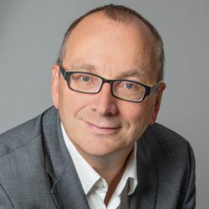"""Armin Sieber berät Unternehmen und Politik zu den Themen Digitalisierung, Krisen- und Executive-Kommunikation. An der Universität Regensburg war er in den Jahren 2017/18 an einem Forschungsprojekt zum Thema KI, Bots und Digitalisierung beteiligt und hatte einen Lehrauftrag inne. Im Rahmen dieser Arbeit ist sein Buch """"Dialogroboter"""" entstanden. Foto: privat"""