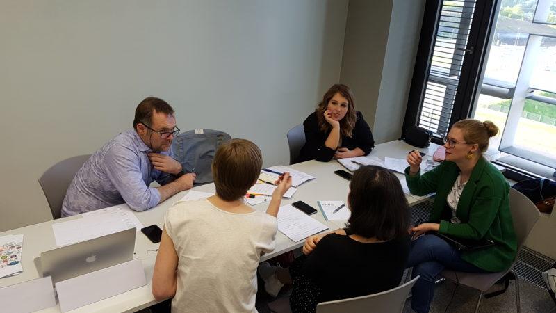 Tüfteln am Storyboard - die Teilnehmenden hatten zwei Tage Zeit für Konzept und eine erste Umsetzungsphase. Foto: Melanie Preu / WiD