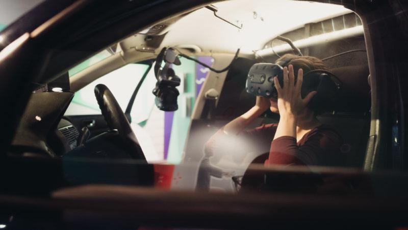 Die Gäste können mehrere Szenarien eines selbstfahrenden Autos testen. Foto: Ilja Hendl/WiD