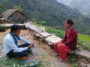 Eine Frau in Nepal nimmt an der Befragung teil.