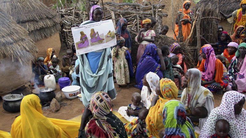 Eine Gesundheitshelferin spricht mit Frauen im Tschad über die Gesundheit von Müttern und Kindern.