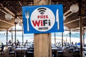 "Schild ""Free WiFi"" in Strandrestaurant"