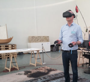 Stephan Schwan erprobt eine Virtual-Reality-Station