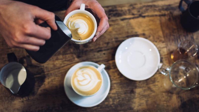 Tisch mit Kaffeebechern
