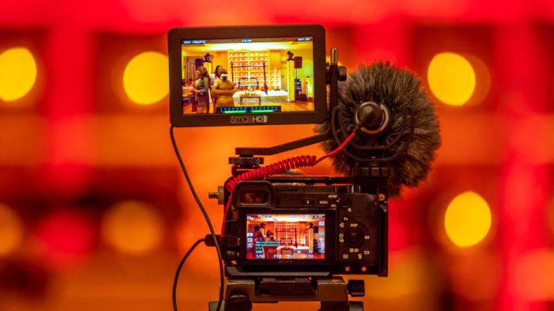 Eine Videokamera mit Mikrofon fertig aufgebaut zum Dreh