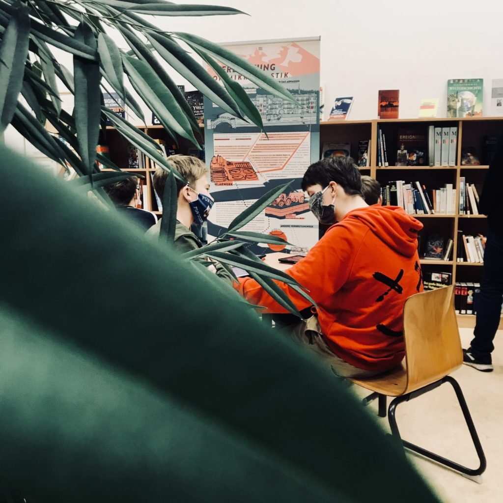 Die Ausstellung wurde auch in der Schulbibliothek aufgebaut, damit interessierte Schüler*innen mehr über Plastik erfahren. Foto: MikroPlaTaS