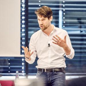 """Jens Radü ist Chef vom Dienst Multimedia beim Spiegel. Der studierte Journalist und Politikwissenschaftler hat zum Thema """"New Digital Storytelling"""" promoviert und ist Mitglied der Jury des Journalistenpreises PUNKT von acatech. Foto:"""